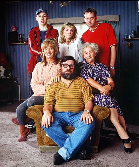 Kuva televisiosarjasta Sohvanvaltaajat. Ylhäällä vasemmalla suruvalittelunsa julkaissut näyttelijä Ralf Little, ylhäällä keskellä Caroline Aherne.