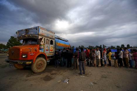Pitkä jono muodostui sunnuntaina juomavettä jakaneen säiliöauton ympärille Kathmandussa.