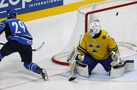 Petteri Nokelainen laukoi Suomen voittomaalin Ruotsia vastaan MM-finaalissa 2011.