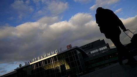 Kölnin rautatieaseman lähistöllä tapahtuneista ahdisteluista ja ryöstöistä on tehty yli tuhat rikosilmoitusta.