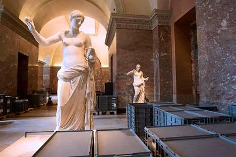Louvren taideaarteita on jouduttu evakuoimaan kellarikerroksista.