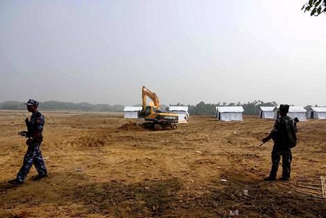 Myanmarin sotilaat vartioivat telttaleiriä, jonne Bangladeshista palaavia rohingya-muslimeja on tarkoitus sijoitettaa maan sisällä.