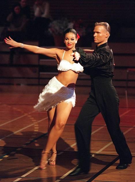 Lola Odusoga tanssiparinsa ja silloisen poikaystävänsä Tomi Pohjankukan kanssa tanssikisoissa 1997.