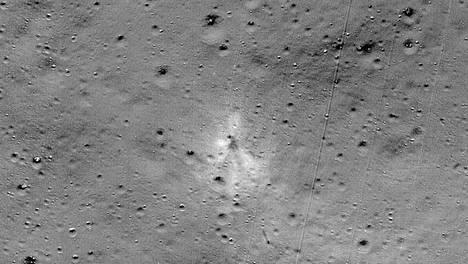 Vikram-laskeutumisluotaimen putoamispaikka näkyy Nasan julkaisemassa kuvassa keskellä.