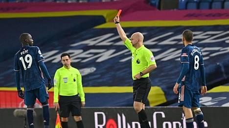 Arsenalin Nicolas Pepe katseli punaista.
