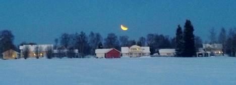 –Pimentyneen kuun vaiheita Ylivieskan Niemelänkylän lakeuksilla kello 16.30 seutuvilla, kirjoittaa Arja Nivala.
