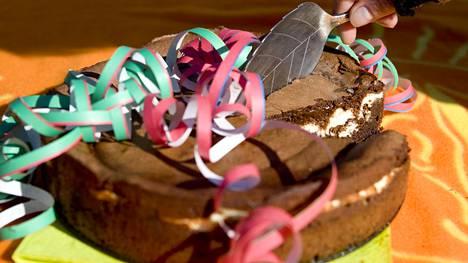 Sitruuna-suklaakakkua syö kätevästi myös piknikillä.