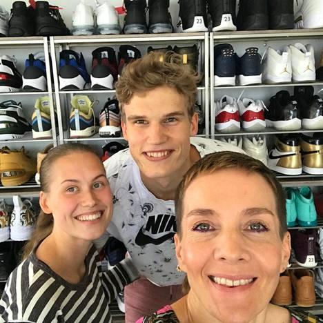 Lauri Markkanen keräilee kenkiä ja olohuoneessa pariskunnalla onkin suuri hylly täynnä tennareita.
