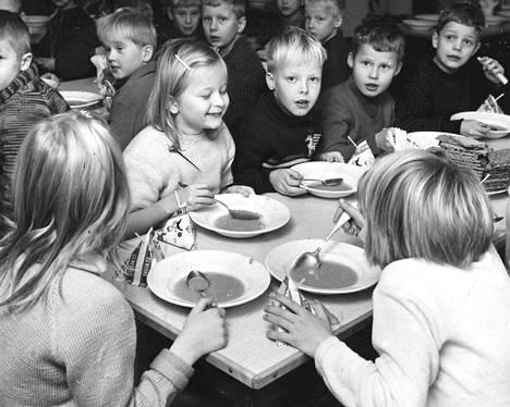 Oppilaat syövät kouluruokaa Aleksis Kiven kansakoulussa 1965.