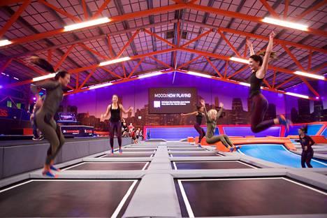 Miss Helsinki -finalistit ottivat viime vuonna mittaa toisistaan Cooperin testissä ja verryttelivät trampoliineilla.