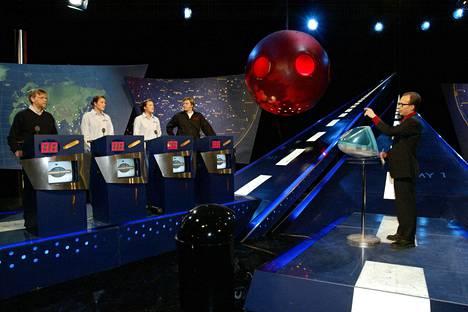 Kuva kulissien takaa Maailman ympäri -ohjelmasta. Supersuosittu ohjelma poiki juontajalle kaksi Telvistä ja Venla-pystin.