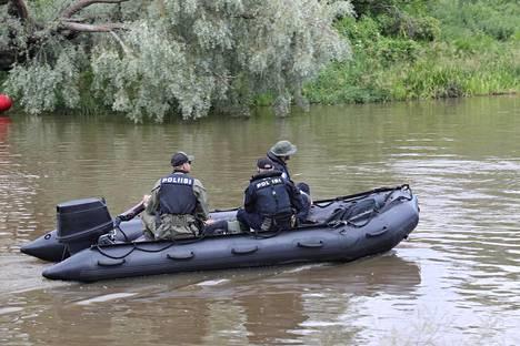 Poliisi kulki kellujien keskuudessa myös kumiveneellä.