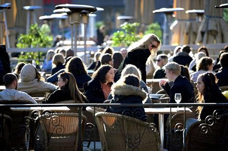 Ihmiset tungeksivat maaliskuun lopussa terasseille aivan vanhaan malliin.