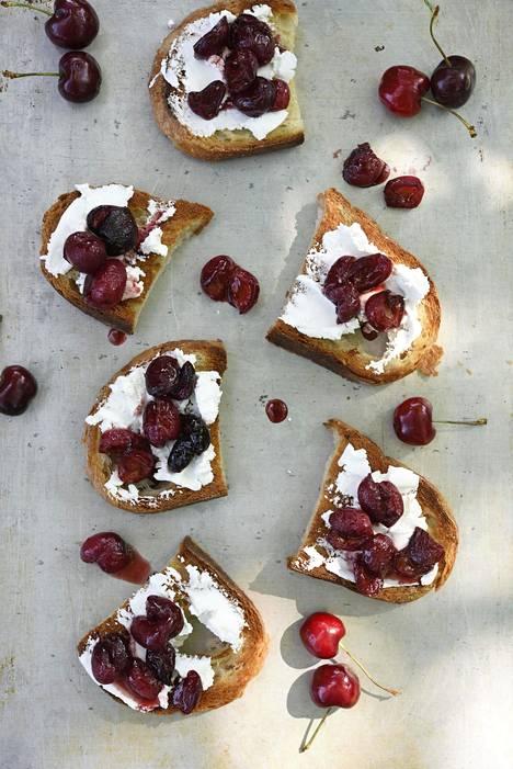 Kirsikoista keittyy upea relissi fariinisokerin ja cherryviinietikan kanssa.