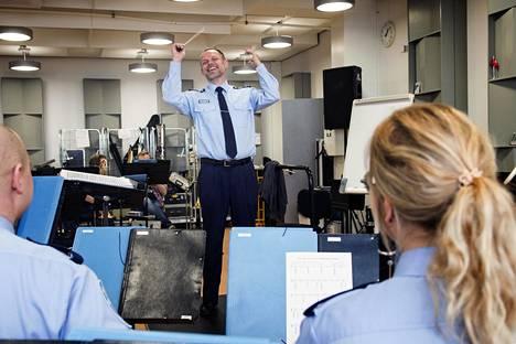 Helsingin poliisisoittokuntaa johtaa ylikapellismestari Sami Ruusuvuori.