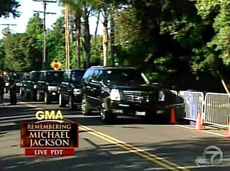 Michael Jacksonin perhe lähti Los Angelesin Encinon kodista yksityiseen muistotilaisuuteen hetki sitten.