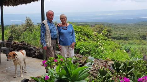 Suomalaiset Hannele ja Harri Laurinantti viettävät eläkepäiviään Kenian maaseudulla.