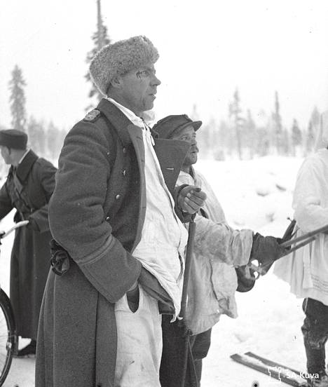 """Komppanianpäällikkö Aarne """"Marokon kauhu"""" Juutilainen oli miehilleen painajainen. Sotaa oli käyty kolme päivää, kun Juutilainen oli ampumassa pelkuriksi luulemaansa omaa lähettiään, joka juoksi kohti Hyrsylän mutkassa. Hugo Varis huitaisi kiväärinperällä Kauhua ohimolle, josta haava tuli."""