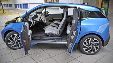 Nelipaikkainen BMW i3 on erottuva täyssähköauto kaupunkikäyttöön pienille perheille. Kaapparityyppisesti avautuvat takaovet ovat harvinaisuus tämän päivän autoissa.