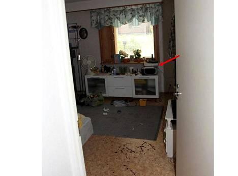 Murhasta syytetyn miehen makuuhuoneen lattialla oli runsaasti jälkiä veriteosta.