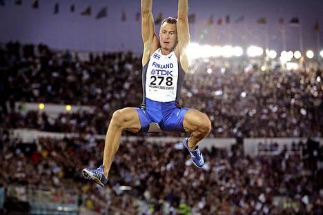 Hyppy historiaan. Tommi Evilä voitti pituushypyn MM-pronssia Helsingissä 2005.