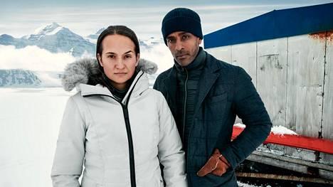 Ulkoministerin neuvonantaja Viktor (Alexander Karim) kaapataan ja raskaana oleva vaimo Liv (Bianca Kronlöf), joka on suojelupoliisin palveluksessa, lähtee miehensä perään.