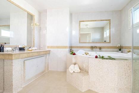 Makuuhuoneen yhteydessä sijaitsevassa kylpyhuoneessa on poreamme ja erillinen saunaosasto.