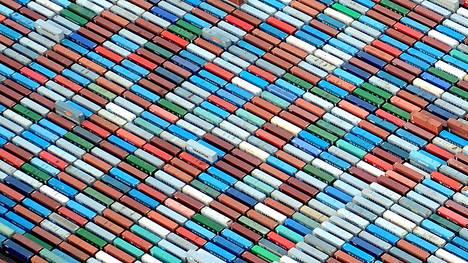 Hampurin satamaan mahtuu kontti jos toinenkin. Kuva on syyskuulta 2012.