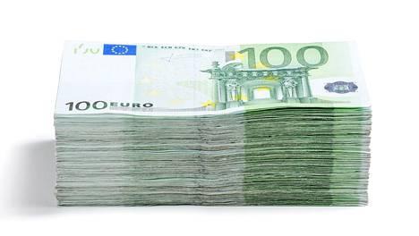 Parisataatuhatta euroa tekee satasen seteleinä noin parikymmentäsenttisen pinon. Suunnilleen sellainen on nyt summa, jota romutusennätyksen tehnyt kansalainen havittelee nyt valtiolta.