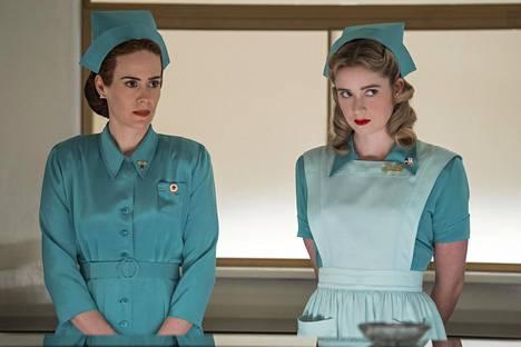 Lämmin päältä, kylmä sisältä: hoitaja Mildred Ratchediä näyttelee uudessa sarjassa Sarah Paulson (vas.). Hoitaja Dollyä esittää Alice Englert.