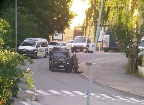 Ilta-Sanomien lukijan lähettämissä kuvissa näkyy raskaasti varustautuneita poliiseja.