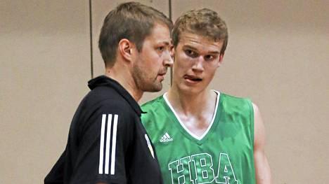 Suomen ensimmäinen NBA-ammattilainen Hanno Möttölä opastaa superlahjakasta Lauri Markkasta, 18, USA:n uran alkuun.