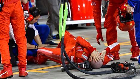 Italialaismekaanikko Francesco Cigarini loukkaantui, kun Kimi Räikkösen varikkostoppi epäonnistui pahasti Bahrainissa.