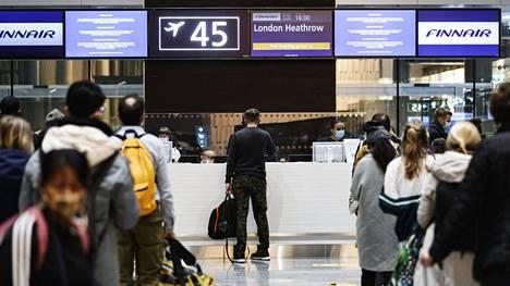 Matkustajia Lontooseen lähtevän lennon portilla Helsinki-Vantaan lentokentällä 21. joulukuuta 2020.