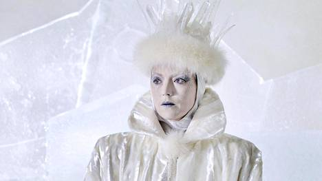 Viime vuonna valmistuneen tv-elokuvan Lumikuningatarta näyttelee suomalainen Linda Zilliacus.