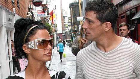 Povipommi Jordan toivottaa miehelleen Alex Reidille hyvää ensimmäistä hääpäivää avioeropapereiden muodossa.