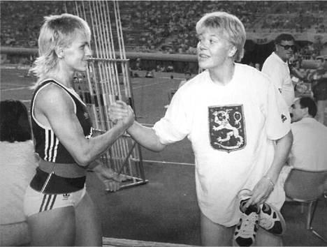 Petra Felke onnitteli keihäänheiton EM-kultaa voittanutta Päivi Alafranttia Splitissä vuonna 1990.
