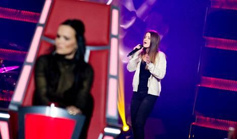 Tarja Turunen (vas.) kuunteli Vera Forsbergin tulkintaa Ariana Granden hitistä.