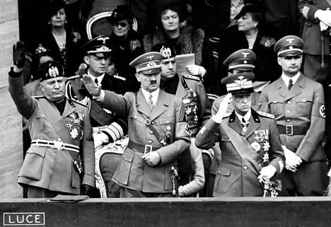 Mussolini ja Hitler. Fasismin ja kansallissosialismin erilaisuuksista ja yhtäläisyyksistä kiistellään edelleen.