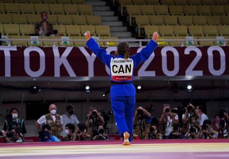 Catherine Beauchemin-Pinard sai tuulettaa olympiapronssimitalistina.