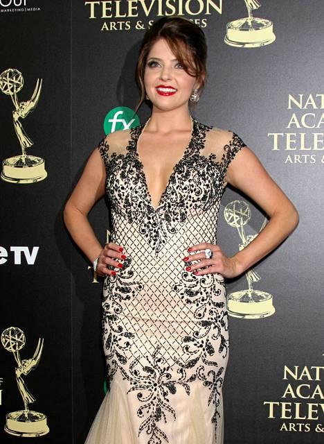 Myös Päivien viemää -sarjan näyttelijätär Jen Lilleyn asussa oli syvään uurettu kaula-aukko.