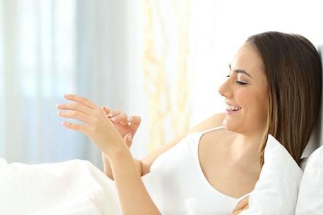 Aamulla ihoa ei tarvitse puhdistaa yön jäljiltä. Pesu ja kosteutus riittävät.