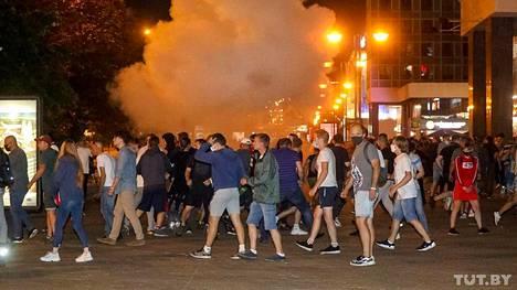 Opposition kannattajat protestoivat Minskissä sunnuntaina.