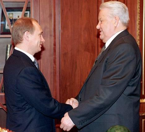 Boris Jeltsin luovutti valtansa Vladimir Putinille ennenaikaisesti 31.12. 1999.