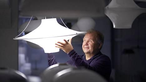 Teknillisessä korkeakoulussa opiskellut Jukka Jokiniemi kiinnostui valaisinsuunnittelusta jo nuorena. Hän perehtyi myös huonosti näkevien valaistukseen. –Ajattelin, että valon avulla voin taistella sokeutta vastaan.