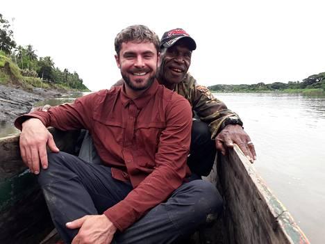 Efron kuvasi matkallaan uutta dokumenttisarjaa.