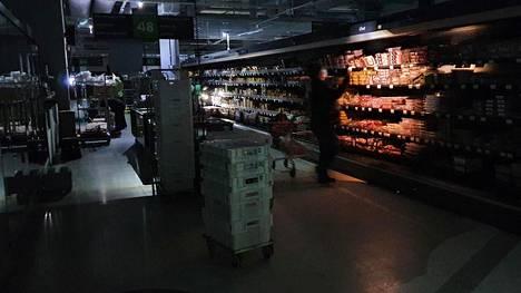 Tunnelma oli Hertsin Prismassa rauhallinen sähkökatkoksesta huolimatta. Asiakkaat jatkoivat ostoksiaan puhelinten valossa.