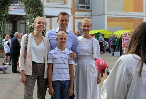 Julia Navalnaja ja Aleksei Navalnyi poseeravat lapsineen äänestyspisteellä Moskovan kaupunginhallituksen vaalien aikaan vuonna 2019.