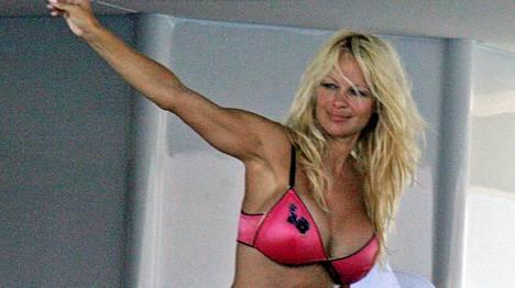 Pamela Andersonin kerrotaan iskeneen jääkiekkoilijan.