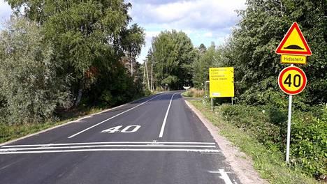 Tässä kuvassa on Hattulassa sijaitseva Sattulantie, joka muutettiin uudenlaiseksi kylätieksi vuonna 2018. Vastaavantyyppinen tie tulee nyt Espoon ja Vantaan rajalle.